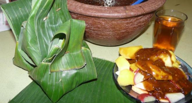 Irisan buah-buahan disiram dengan bumbu rujak ciherang