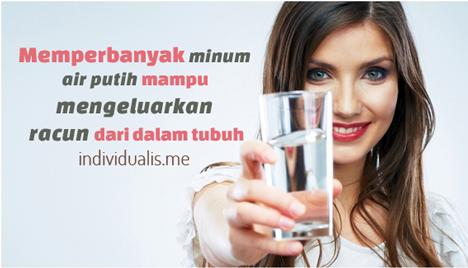 manfaat Minum Air Putih mengeluarka racun dari dalam tubuh