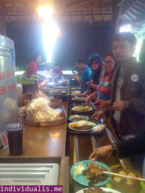 Antrian-panjang-di-Bebek-Kaleyo-Tempat-Makan-Enak-dan-Murah-dimanfaatkan-sebagai-ajang-foto-foto-kuliner