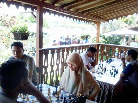 Tidak saja laki-laki yang gemar bermain catur ...
