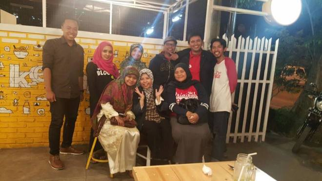 #BloggerBDG foto bareng owner Kedai Kecil Muhammad Aji