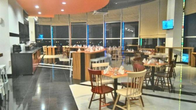 suasana lounge di Cilantro coffee n resto Metro Indah Mall