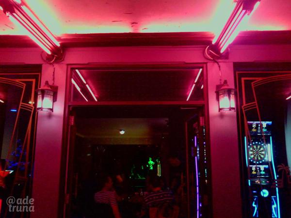pintu masuk ke dalam cafe Decobar
