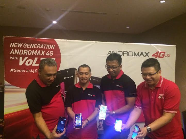 Pak Munir (paling kiri) dan kawan-kawannya dari Smartfren mempertontonkan Andromax R2 dan E2.