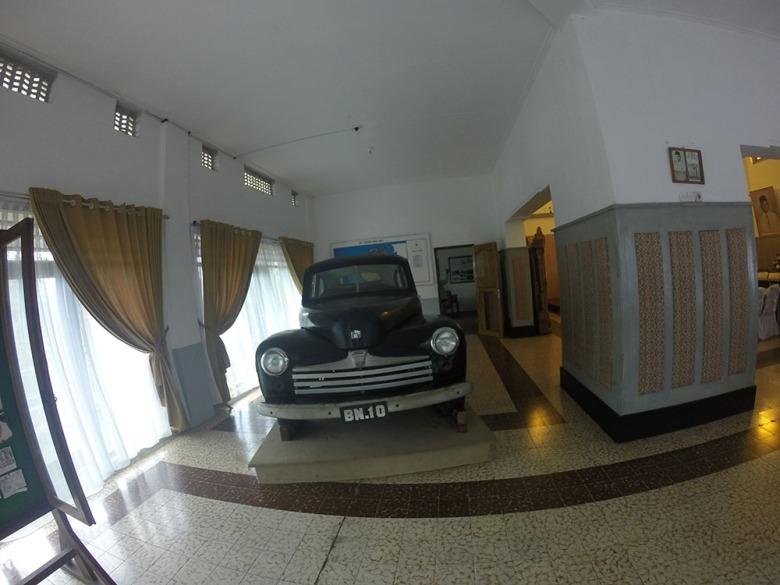 Mobil Ford de luxe delapan silinder dengan pelat nomor BN 10 peninggalan Bung Karno.