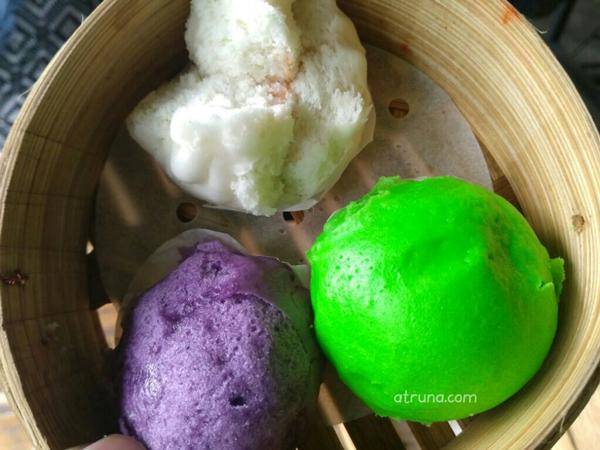 Bakpao pandan (hijau), bakpao galau (ungu) dan bakpao ayam casiu. (dok. pri)