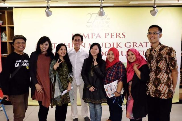 Blogger foto bareng irwan hidayat di press conference Mudik Gratis Sidomuncul 2016