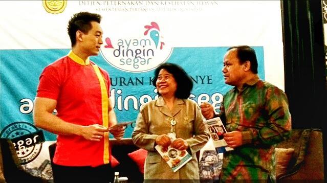 Chef Edwin Lau berbicara dengan Sir Mukartini dan Riwantoro saat Press Conference dan Talkshow Ayam Dingin Segar (6/10)