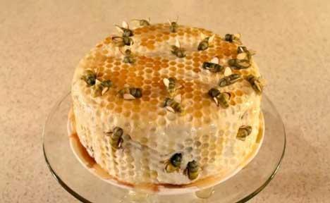 kue bentuk sangkar madu dan ada lebah